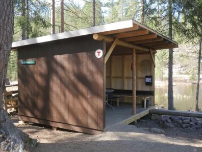 Gapahuken er oppført på dugnad med støtte fra turistforeningen. (Foto: Rune Myrland)